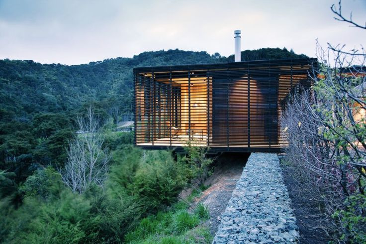 The aim of the project was to create a dynamic relationship between the old structure, clad in stone and topped with a hipped corrugated iron roof, and the new addition. By contrasting the form and materials of the existing house and the new flat-roofed pavilions, the architects introduced a tension that enters into a dialogue with the natural surroundings.