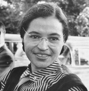 1er décembre 1955, Rosa Parks refuse de céder sa place dans un bus à un homme blanc. Exemple de courage et de dignité.