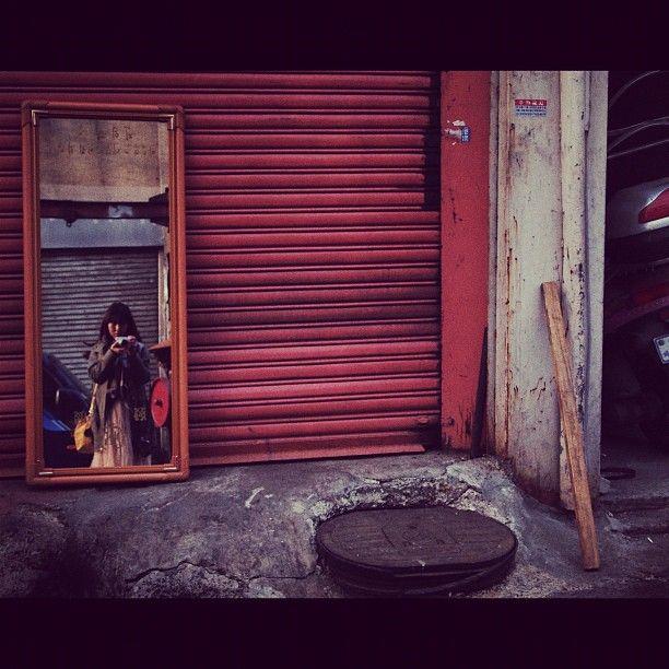 woosoosoo / #골목 #문 #가구 #사람 / 2011 10 28 /