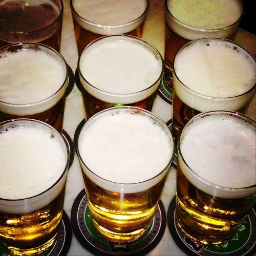 """Brew estratégica: en esta clase, la cerveza puede mejorar su GradeThe simulación de dos años y medio días pone a los estudiantes a cargo de una fábrica de cerveza de 7 trimestres financieros ficticios.  Trabajando en cuatro a equipos de cinco personas, los jugadores toman decisiones sobre todo para el funcionamiento de su negocio: tipos de ingredientes a utilizar, envases, precios, y segmentos de clientes para orientar.  Cinco fábricas de cerveza se combinan en una """"industria"""" en el que los…"""