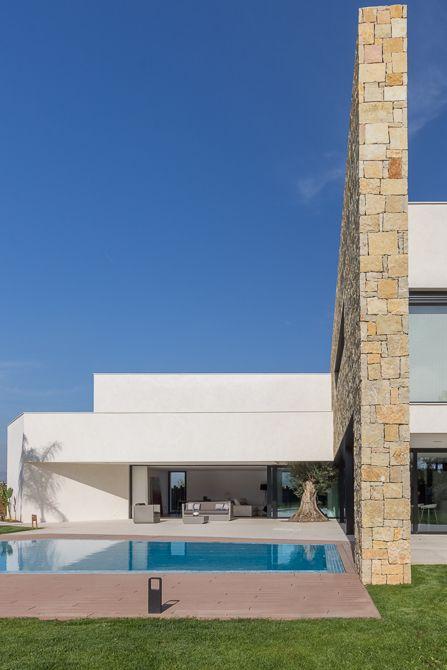 Casa de diseño Cumbres con muro de piedra y jardín | Chiralt arquitectos Cumbres de San Antonio