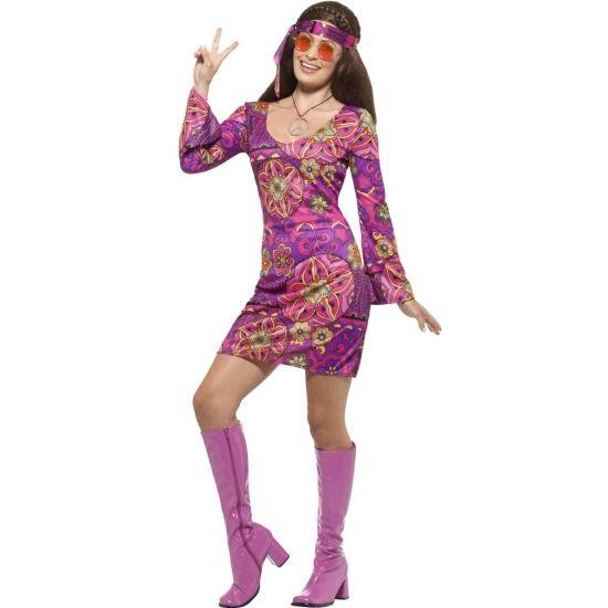 Voordelig compleet hippie verkleedkostuum voor dames. Het kostuum bestaat uit een jurk met bijpassende hoofdband (sjaaltje) en een ketting met peaceteken. Materiaal: 100% polyester.