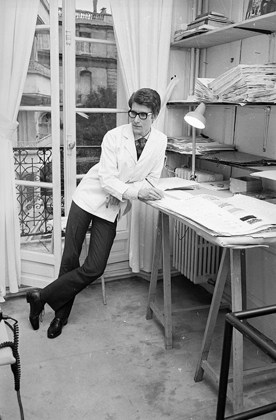 Yves Saint Laurent en 1965, trabajando en la que ya era su propia casa de costura tras su paso por Dior. © Getty Images