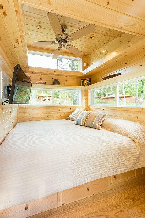 クイーンサイズのベッドしかないベッドルーム 高い位置に窓 ファン 壁掛けテレビ