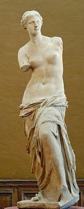 La Vénus de Milo - La ronde-bosse est une technique de sculpture en trois dimensions de l'antiquité qui, contrairement aux hauts-reliefs et aux bas-reliefs n'est pas physiquement attachée à un fond mais repose sur un socle. Elle peut être observée sous n'importe quel angle, même si la partie postérieure n'est pas toujours achevée, comme pour Hermès portant Dionysos enfant ou certaines statues médiévales au dos évidé
