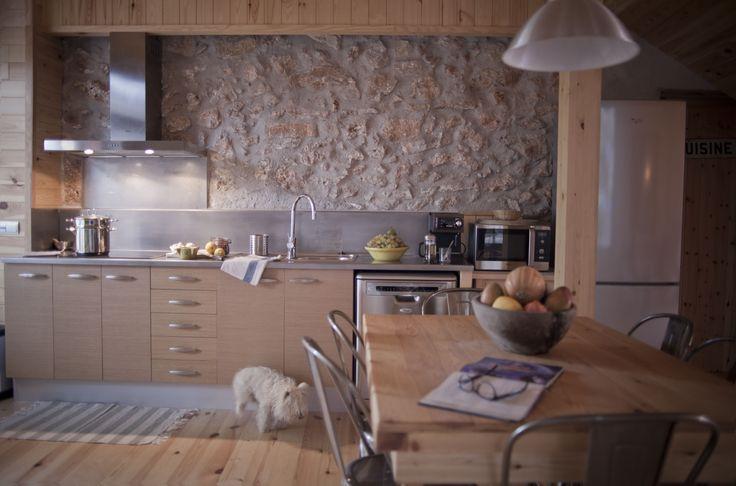 La cocina de Masía Can Pascol Turisme Rural completamente equipada: nevera combi, cocina 4 fuegos vitrocerámica, microhondas, cafetera,tostadora, batidora, exprimidora, separación ecológica de basuras, fregaplatos, lavadora, secadora, aspirador, detector de humos...