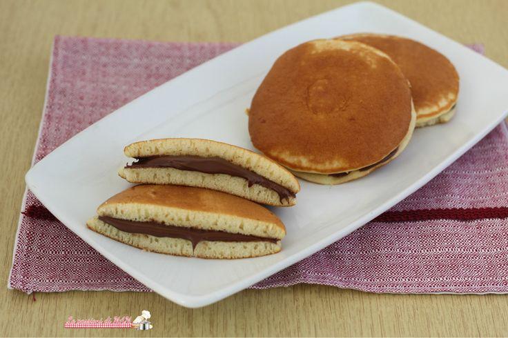 Dorayaki alla Nutella ricetta dolce un po' rivisitata del tipico dolce giapponese, quallo farcito con salsa di fagioli e questo con nutella