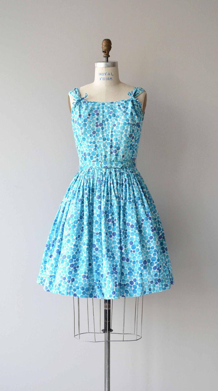 Vintage jaren 1950 super zachte katoenen jurk met tinten van cyaan bubbles, kleine bogen op elke schouder, uitgerust taille, bijpassende riem en metalen rits.  ---M E EEN S U R E M E N T S---  past zoals: medium Bust: 38 Taille: 28 Hip: gratis lengte: 37 merk/maker: Eleanor voorwaarde: uitstekend  om te zorgen voor een goede pasvorm, lees de gids van de grootte: http://www.etsy.com/shop/DearGolden/policy  Meer vintage ✩ jurken ✩ http://www.etsy.com&#x2...