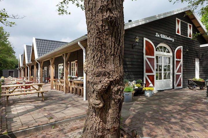 De wildenburg Puur, landelijk en lekker In een groene, landelijke omgeving, omringd door koetjes en kalfjes, bijen en bloemen, vogels en fazanten, heten wij u van harte welkom in onze ruime, sfeervolle pannenkoekenboerderij.  Plof gezellig neer - binnen in ons rustieke restaurant of buiten op het overdekte terras. Wij werken met veel