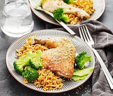 Saftiga kycklingklubbor på asiatiskt vis. Kycklingklubborna läggs i en form och steks i ugnen tillsammans med kryddor och sesamfrön. Nudlarna kokas och blandas sedan samman med den söta, varma teriyakisåsen. Till denna smakrika rätt serveras nykokt broccoli som tillbehör.