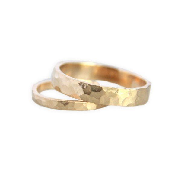 Gold Wedding Ring Set / Hammered14k Gold Ring von TorchfireStudio