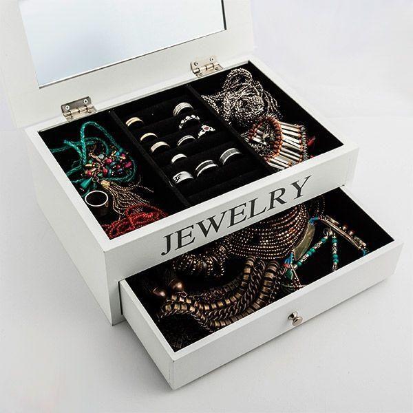 COFFRET À BIJOUX EN BOIS AVEC MIROIR ET TIROIR  Nous vous présentons l'élégant coffret à bijoux en bois avec miroir et tiroir. Ce coffret à bijoux décoratif dispose d'une doublure en velours pour protéger les bijoux et les bijoux fantaisie de possibles rayures et coups. Il dispose d'1 tiroir (env. : 21,5 x 4,5 x 14, 5 cm). Mesures env. : 26,5 x 11 x 19 cm.