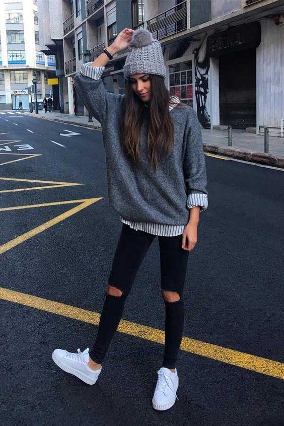 Guita Moda: 7 cores que são a cara desse inverno Gorro cinza, suéter oversized cinza, sobreposição, camisa listrada, calça preta skinny com rasgo no joellho, tênis branco