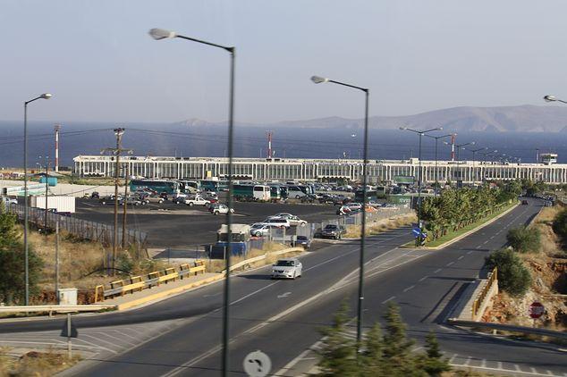 vliegveld Heraklion ...Heraklion, de hoodstad van Kreta. Hier een kijkje op het vliegveld van Heraklion een van de twee vliegvelden van kreta. Heraklion is een mooie stad maar wel ereg druk. Zeker de meite van een bezichtihing waard. Tip ga niet met een auto maar neem een taxi of een bus