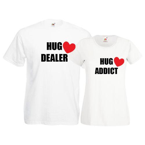 Tricouri pentru cuplu cu mesajele Hug Dealer - Hug Addict (Traficant de Imbratisari - Dependenta de Imbratisari). Inimioarele intaresc intelesul lor. Tricourile sunt de aceeasi culoare (daca doriti alte culori specificati in comanda), iar