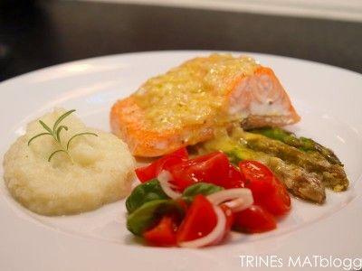 » Laks med sennepsbakt asparges, tomatsalat, spekeskinke og blomkålpurè
