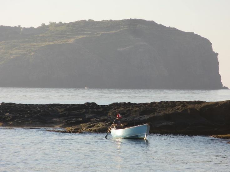 Giugno 2013. All'alba, un pescatore rema solitario per tornare in porto.
