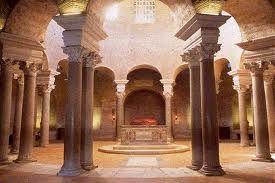 """NOME:Mausoleo di Santa Costanza.Fatto costruire da Costantina,figlia di Costantino.Venne aggiunto""""Santa"""",poichè  all'inizio pensavano che Costantina fosse una Santa.DATAZIONE:345(ar.cristiana) TECNICA:mattoni.Faceva parte del tempio di Sant'Agnese,poi fu trasformato in battistero e modificato e aggiunsero un nartece.Ha una pianta centrale.Le decorazioni con mosaici a elementi paleocristiani lo rendono suggestivo.Il tempio però rappresenta più l'arte romana tardo antica.COLLOCAZIONE:Roma"""
