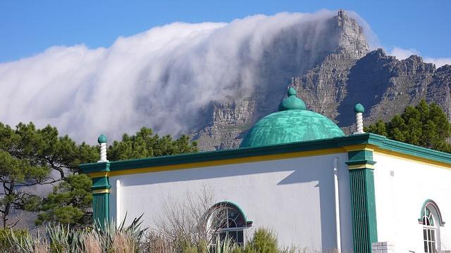 Schaut so aus als würde ne Lawine den Tafelberg runtersausen...