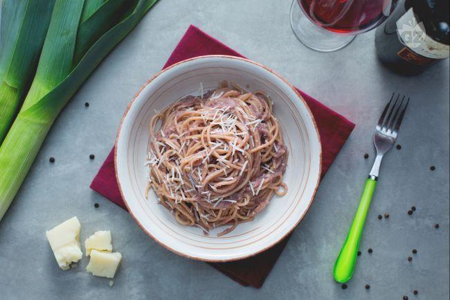 Gli spaghetti ubriachi vengono conditi con una salsa veloce e gustosa, un primo piatto da presentare agli amici e leccarsi i baffi!