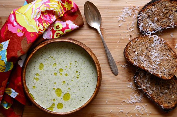 Gezonde, lekkere en vegetarische broccolisoep met cashewnoten - Knapperige cashewnoten in een groene broccolisoep. Het is niet alleen een lust voor het oog, maar het is ook heerlijk om te eten. Weet je niet wat je vanavond moet gaan maken, ga dan voor dit lekkere soepjes met ambachtelijk brood ernaast.