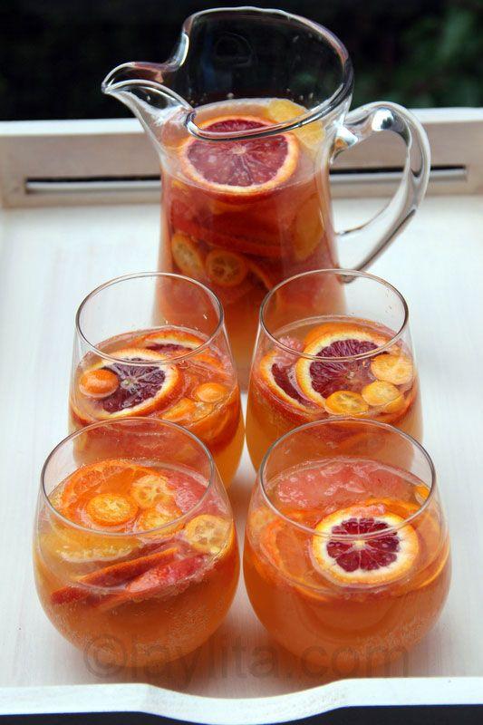 Sangria d'agrumes au vin de muscat délicieuse et rafraîchissante, réalisée avec agrumes, du miel, de la liqueur d'orange et du vin de muscat.