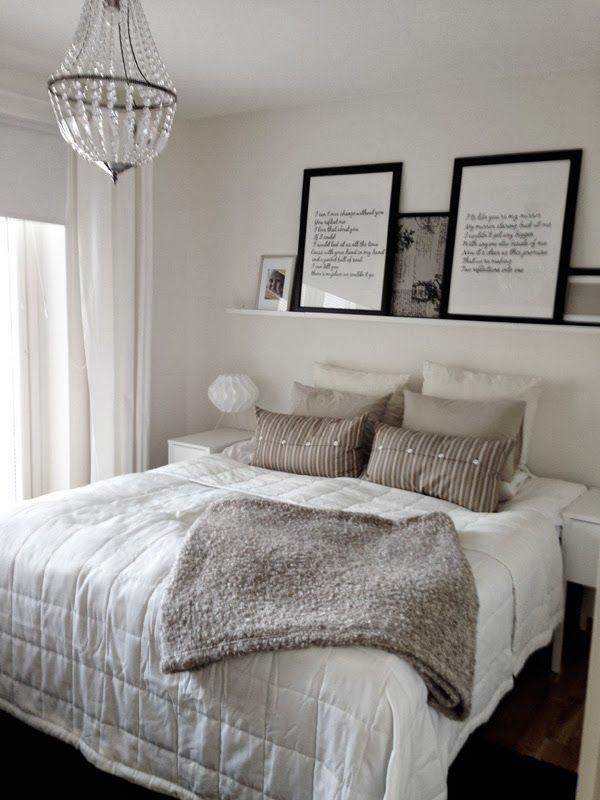 tavlor med text, handmålad låttext på stora tavlor, tavellist ovanför sängen, svarta och vita tavlor, vitt sovrum