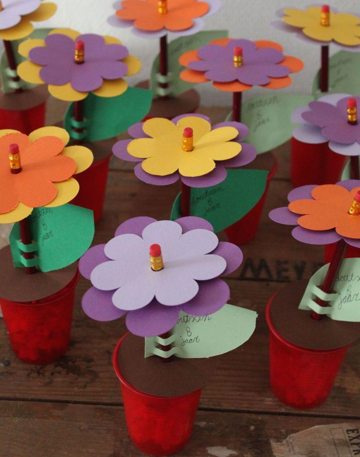 bloemen traktatie met potloden dowload het knip of snijbestand op de website flower treat with pencils (and popcorn) download file on website