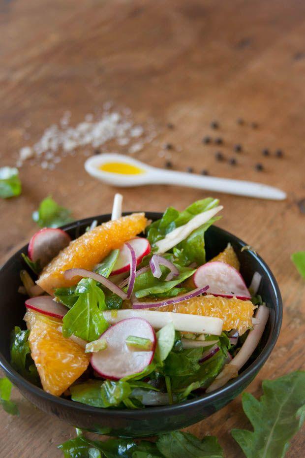 Rucola salade met sinaasappel. Een fris zoete salade die niet kan ontbreken bij een zomerse BBQ of andere zomerse maaltijd. Makkelijk, snel, maar lekker.