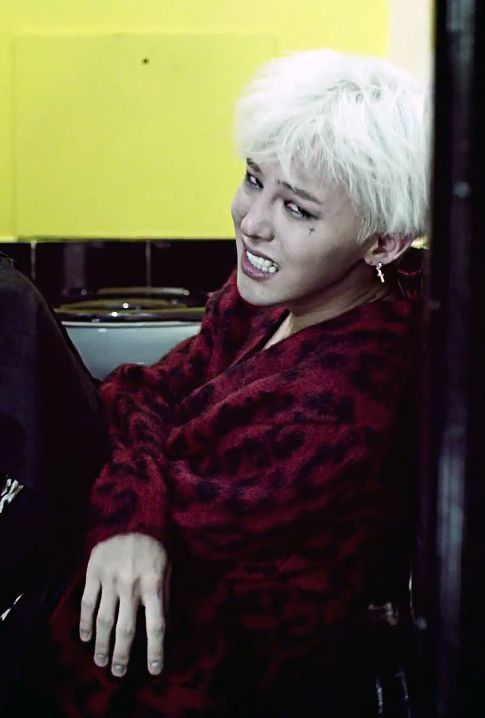 Don't cry, oppa! Let me hug you. i get so sad whenever i watch this part. GD Crooked MV