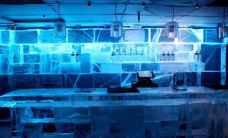 IceBaren i Stockholm har skapats av IceHotel. IsBaren är belägen på Nordic Sea Hotel precis bredvid Arlanda Express i centrala Stockholm. Väl värt ett besök om du vill se och göra något annorlunda i Stockholm. Öppet både sommar- och vintertid. Du får låna en tjock jacka och handskar, men ta med mössa vid behov. #bar #ice #icebar #stockholm