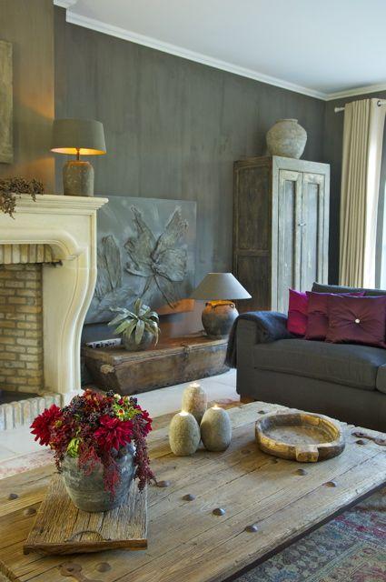 Interieur Ideeen - De Appelgaard. Tafelblad van de salontafel lijkt gemaakt van oude deur.