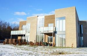 Pæn lejlighed i Hedehusene     Moderne, flot lejlighed beliggende i lukket, grønt område med lav bebyggelse. Består af stort, lyst køkkenalrum, tre gode værelser, pænt badeværelse og altan. Billeder viser ejendom som helhed og ikke specifikke for denne lejlighed     Her er linket: http://www.boligdeal.dk/storkoebenhavn-lejlighed/2640-hedehusene/liselundager/710