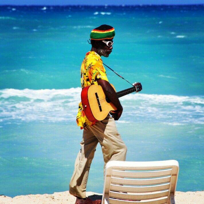Mutlu bir haftasonu diliyoruz. Yaz yaklaşırken Jamaika sahillerinin içinizi açacağını düşündük! :) #instacorner #haftasonu #geldi #mutluluk #igersturkey #negril #jamaika #sevenmilebeach #rasta #reggae #müzik #müzisyen