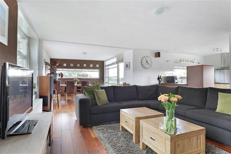 Te koop: Scharwoudestraat 43, Tilburg - Hendriks Makelaardij - Op zeer gewilde locatie, met wijds en vrij uitzicht over de Dongevallei, gelegen hoekwoning met vrijstaande garage, een ruime woonkamer,  4 slaapkamers, een heerlijk zonnige, privacy biedende achtertuin op het westen en een hoogwaardig afwerkingsniveau.