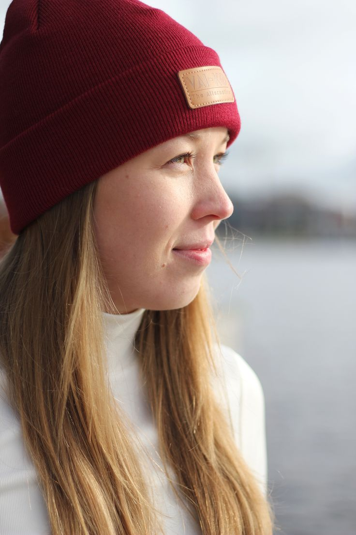 Spring and summer beanie look for women. Burgundy and white outdoor outfit for Women.