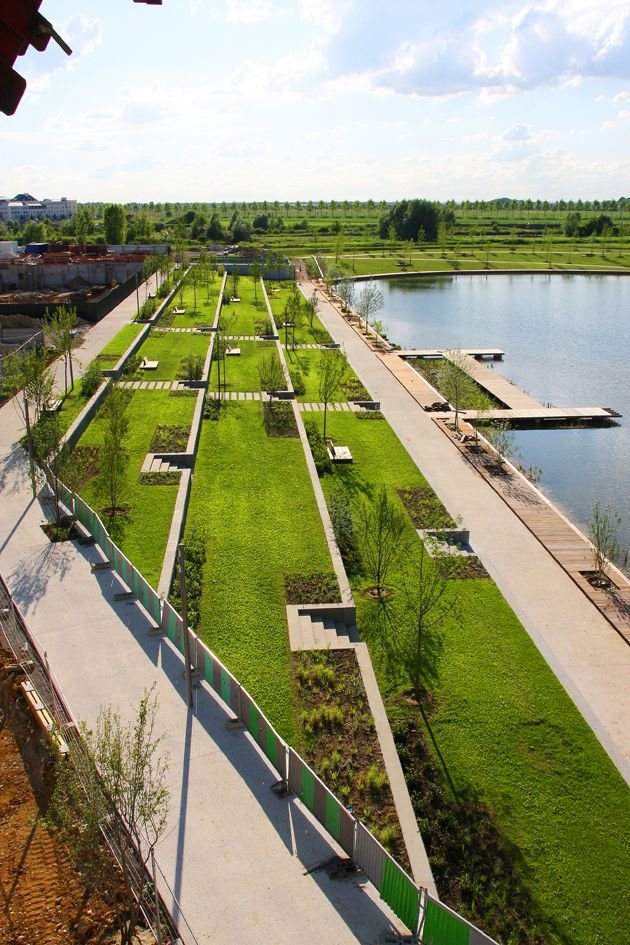 The landscape of the 'Jardin des Quais' provides a real entrance to the town of Serris. It successfully achieves the transition from the sophisticated landscape of Val d'Europe's Urban Centre to that of the more natural body of water. It is p