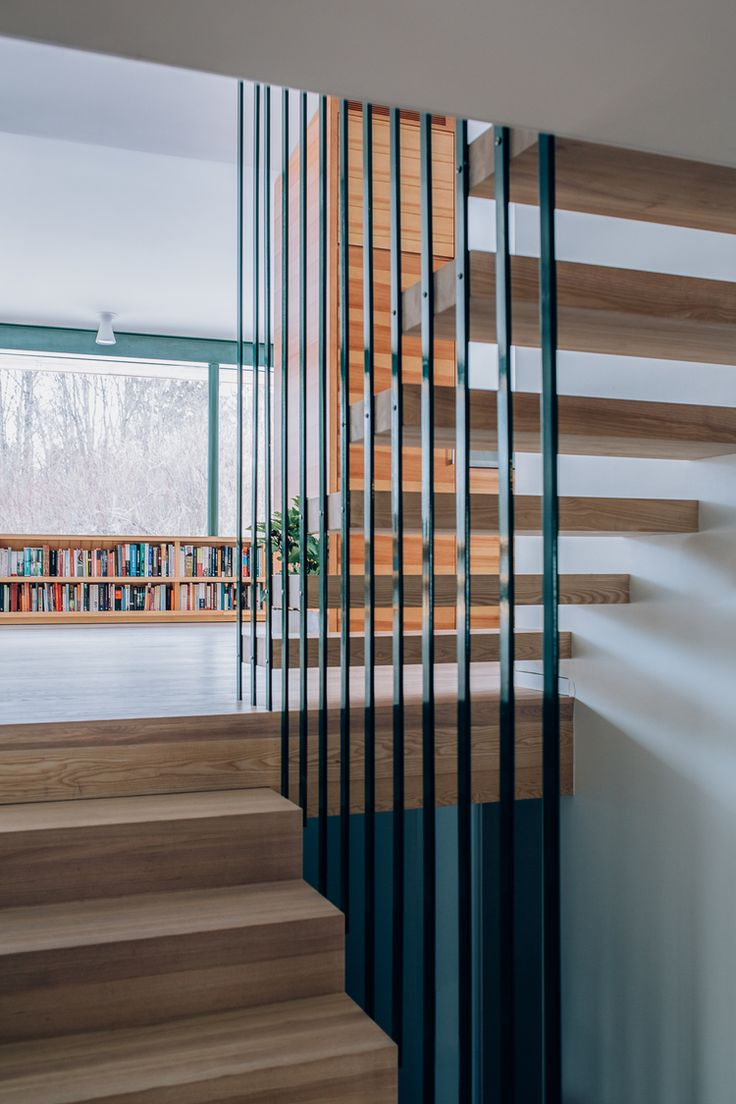 Trapp i hvitoljet eik.Det åpne rekkverket i stål får trappen til å se svevende ut og åpner opp mellom etasjene.