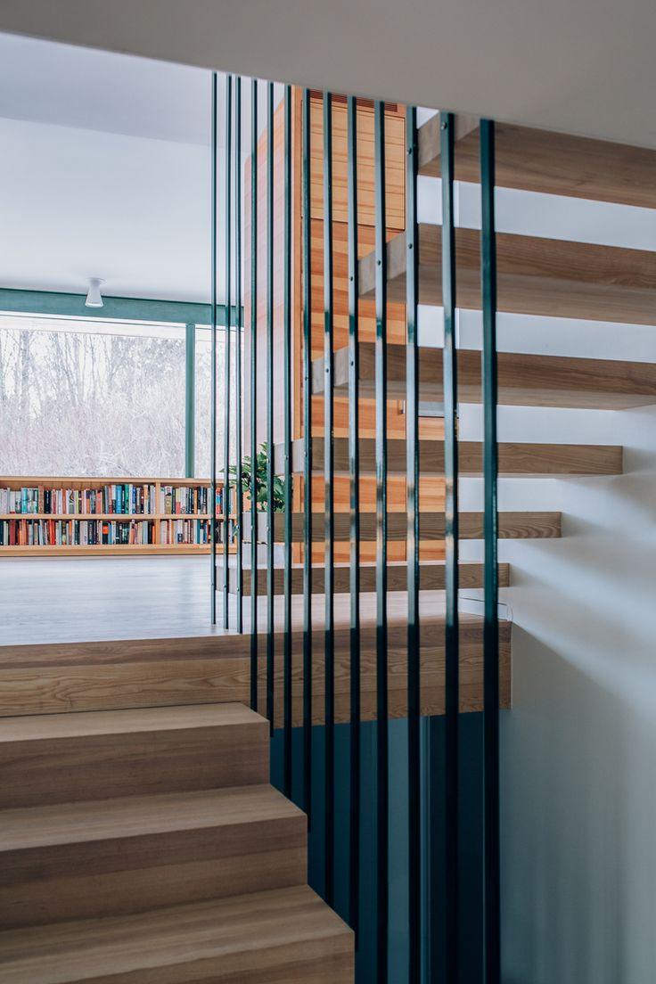 Ark. Knut Hjeltnes // Trapp i hvitoljet eik. Det åpne rekkverket i stål får trappen til å se svevende ut og åpner opp mellom etasjene.