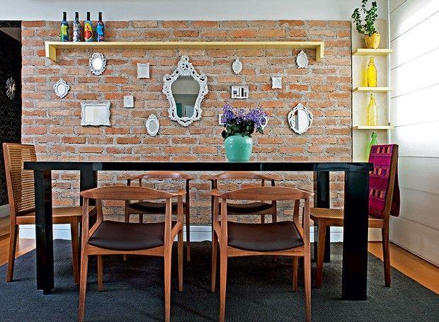 tijolos à vista podem combinar com laca acetinada em sua sala de jantar. A mistura, pouco comum, ficou cheia de personalidade