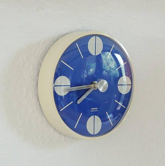 """Space Age Küchenuhr. """"Krups electronic"""". Germany, Europe 70s. Blaue Vintage Wanduhr. Elektro-mechanische Uhr.  Küchen Dekoration."""
