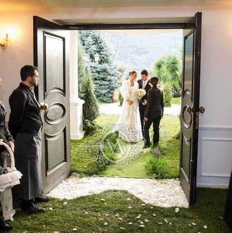 Ecco un progetto wedding ideato dall'estro e dall'eleganza dell'art director di Villa Althea. Un magico giardino accoglie gli sposi all'ingresso della sala allestita per il ricevimento nuziale.