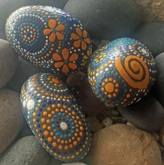 ENVÍO GRATIS EN LOS E.E.U.U. CONTINENTAL! Utiliza codigo: FREEUSASHIPPING2016  Mano pintada Río Piedras - campos del trío de la colección de color #12 (3) piedras - 4 X 2.5 X 1.5 - peso Total - 28,50 onzas  decoración para el hogar - arte de la mesa de centro elemento jardín - resistente a la intemperie  Mandala de piedra Diseño espiral celta Natural arte Arte rupestre de río