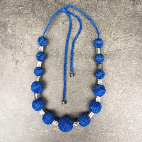 Megan - Ketting Gehaakte ketting in het blauw. Afgewerkt met zilveren accenten.  Al onze juwelen hebben een vrouwennaam meegekregen. Dit juweel noemt Megan omdat ze power uitstraalt. Net zoals actrice Megan Fox.