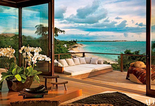 Com arquitetura no topo de uma pedra, suíte master com spa e ambientes forrados de madeira, a propriedade de Donna Karan é um convite ao relax
