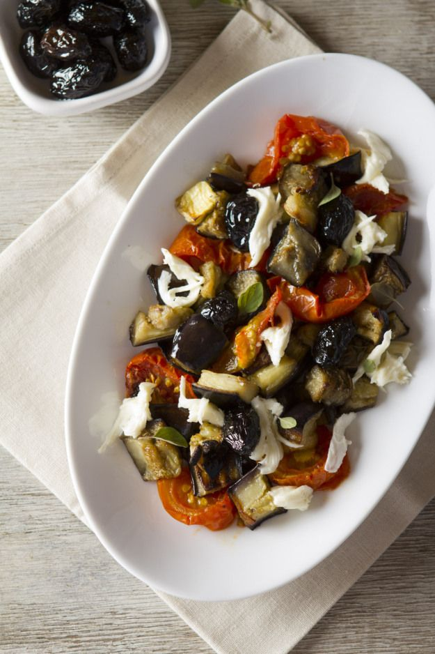 Ensalada griega de berenjenas - Si son fanáticos de la comida mediterránea como yo (¡todo es tan rico!) esta ensalada es para ustedes. La última navidad compartimos con personas vegetarianas, por lo que ademas de la comida de sie…