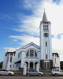 Riversdal - 1839 ie argitekte Hermann Kallenbach en A.M. Reynolds het die NG kerkgebou ontwerp. Ds. Johannes Rudolph Albertyn het die hoeksteen op 4 Maart 1908 gelê.