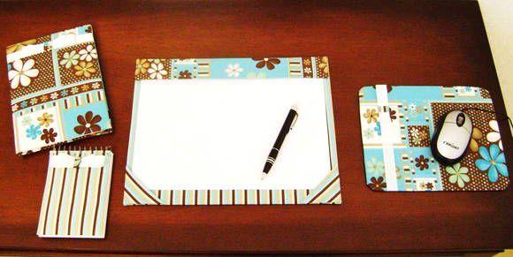 O Kit Escritório Nina Office Blue é composto de quatro peças: um risque e rabisque em cartonagem, um bloquinho de anotações com 100 folhas pautadas, um cardeno rascunho com 40 folhas brancas e um mouse pad. R$ 110,00
