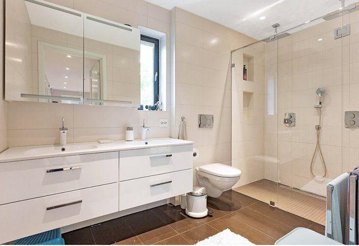Badet med to vasker og legg merke til den flotte dusjnisjen med to dusjer.  Revidert utgave av kataloghuset Ura fra Norgeshus.