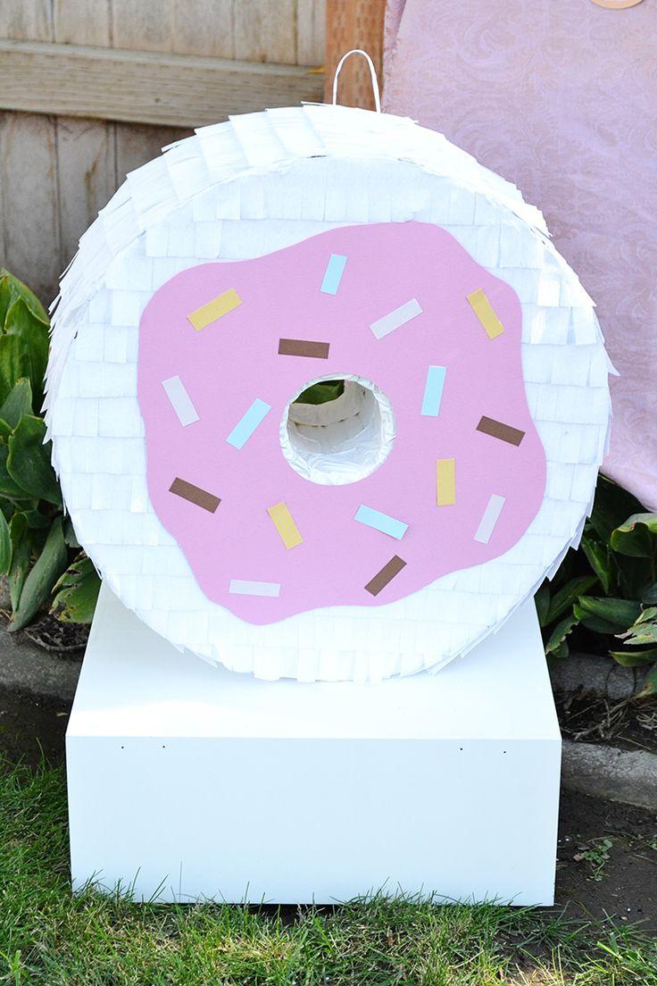 Machen Sie Ihre eigene riesige DIY Donut Piñata perfekt für eine Donut-Party.